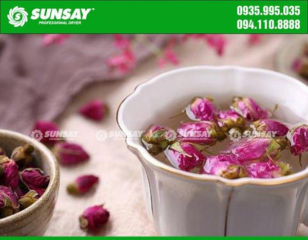 Thưởng thức trà hoa hồng sấy lạnh
