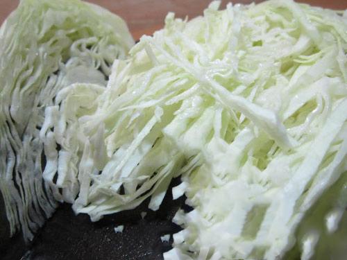 Thái sợi bắp cải để chuẩn bị sấy khô